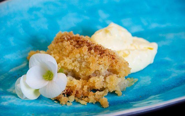 Enkel äppelkaka, smulpaj med rårivna eller skivade äpplen och vaniljsås