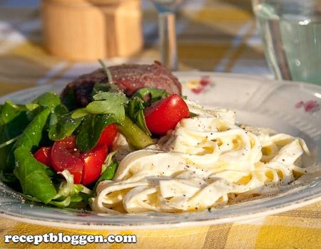 grillade-kottfarsbiffar-med-ortkryddad-getost-inlindade-i-bacon-till-kramig-pasta-7188