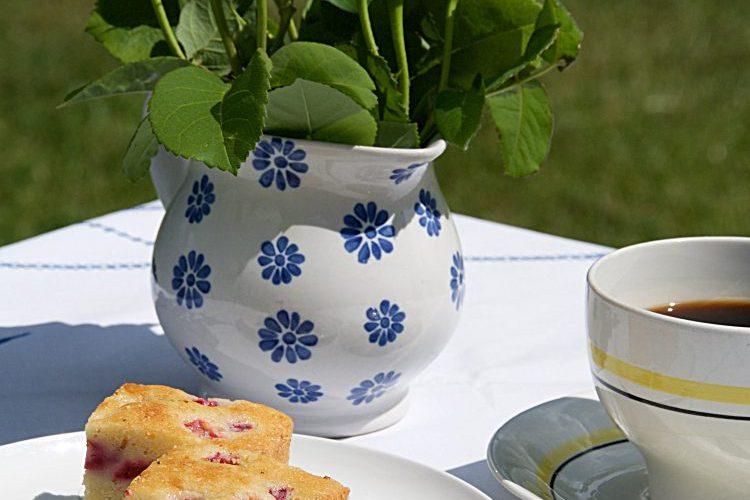 Enkel saftig klassisk sockerkaka med vanilj och hallon