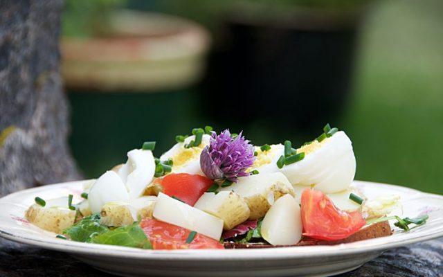 Enkel sommarmacka med grovt bröd, sallad, tomat, nypotatis, ägg och majonäs