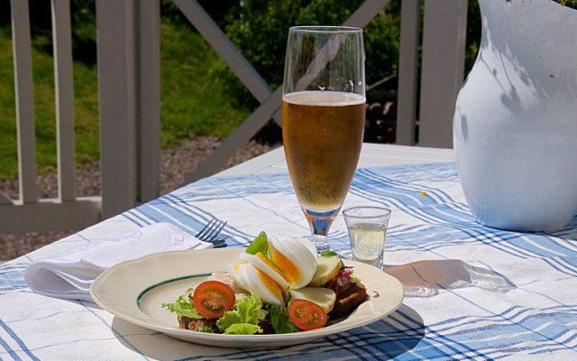 Midsommarsmörgås med kräftsill, färskpotatis och ägg