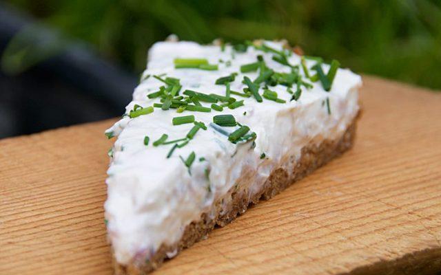 Matjessillstårta till midsommar med kavring, matjessill, kesella, gräddfil, rödlök och gräslök