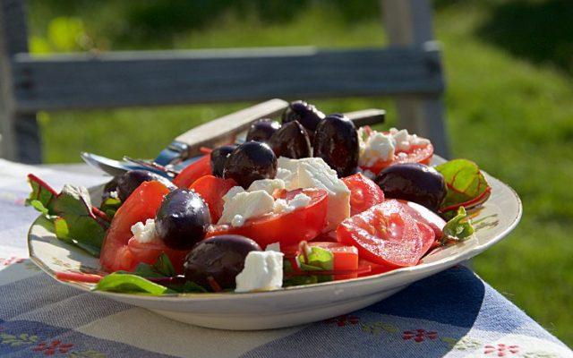 Enkel sallad med tomat, fetaost, oliver, mangold och olivolja