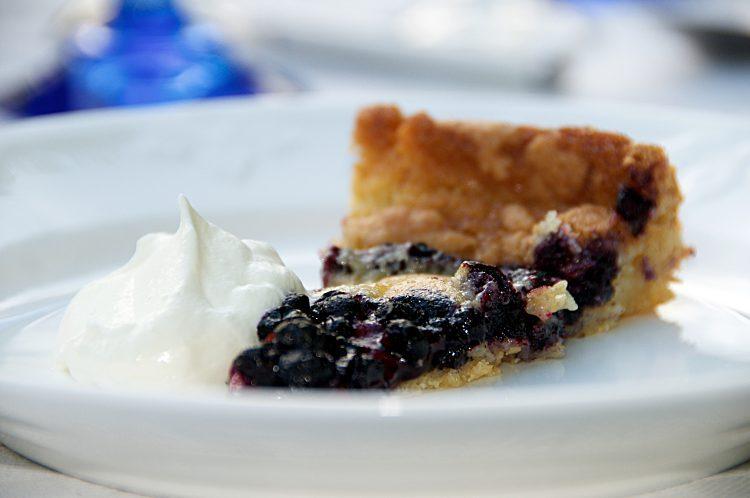 Enkel blåbärspaj med vispgrädde eller vaniljsås på färska blåbär eller frysta