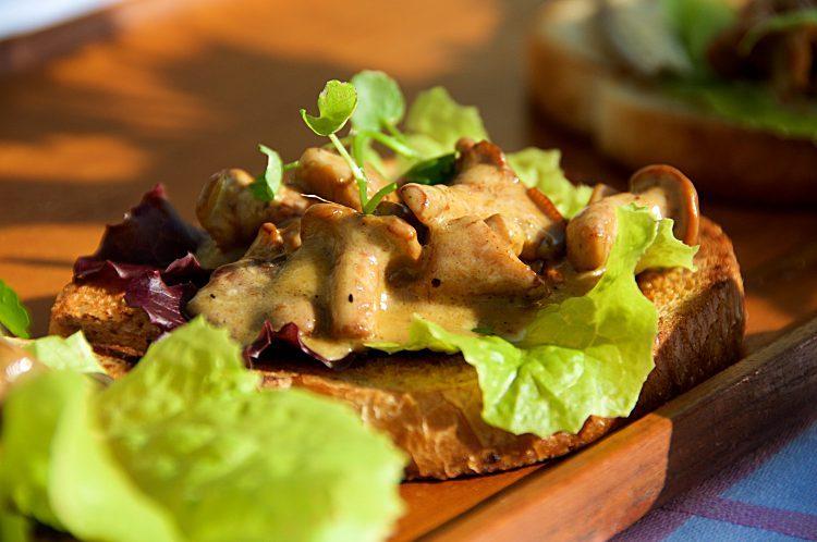 Kantareller på bröd med smör, grädde och sallad