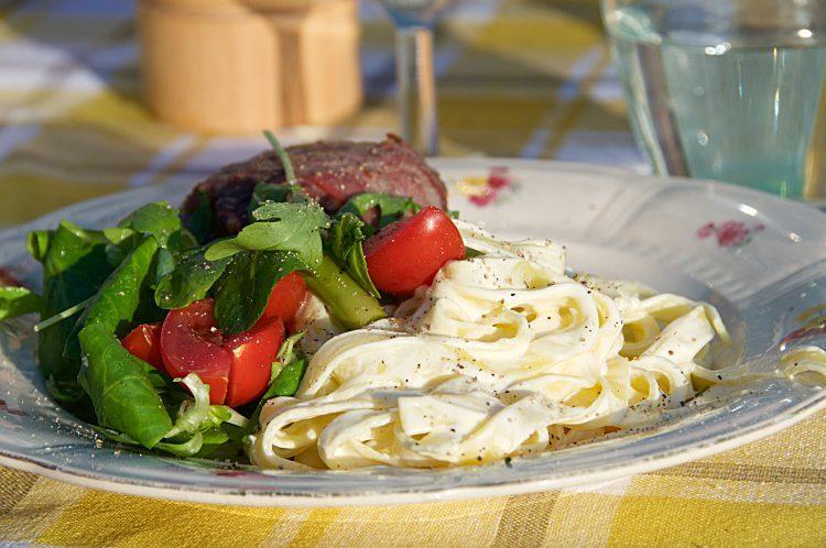 Grillade köttfärsbiffar med örtkryddad getost inlindade i bacon till krämig pasta.