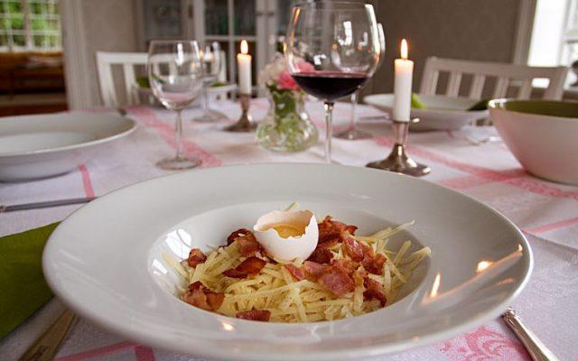 Klassisk Spaghetti Carbonara med bacon och parmesanost