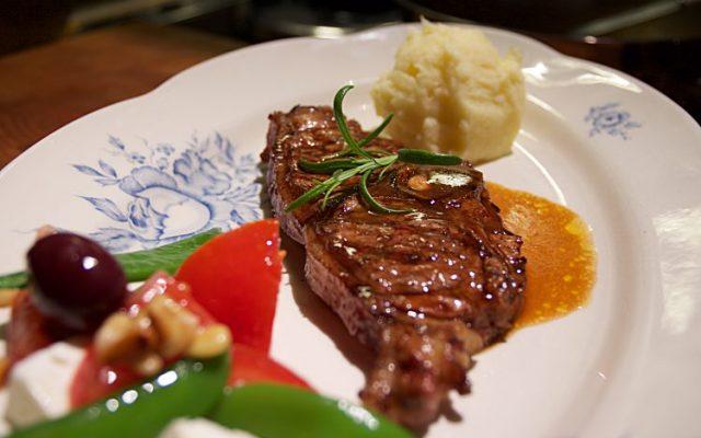 Grillade lammkotletter med rosmarinsås och mandelpotatismos