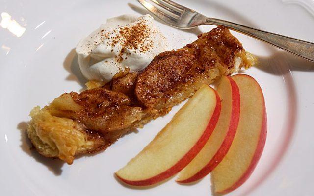 Äpplen i sockerkanel på smördegsbotten