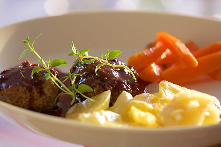 Ugnsstekta köttfärsbiffar med rödvinssås till potatisgratäng