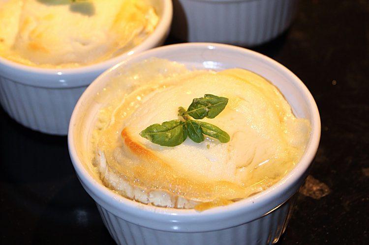 Gratinerad portionsform fylld med potatismos och getost.