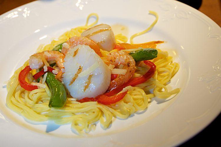 Tigerräkor och pilgrimsmusslor till pasta med paprika och sås med tomat och parmesanost
