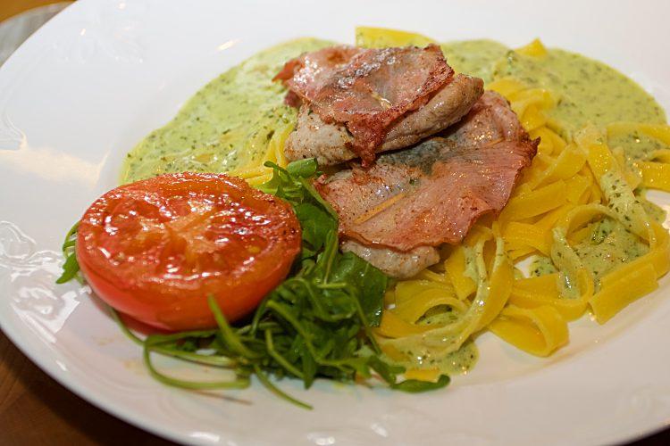 Saltimbocca med färsk pasta, tomat och grön sås med basilika och ruccola