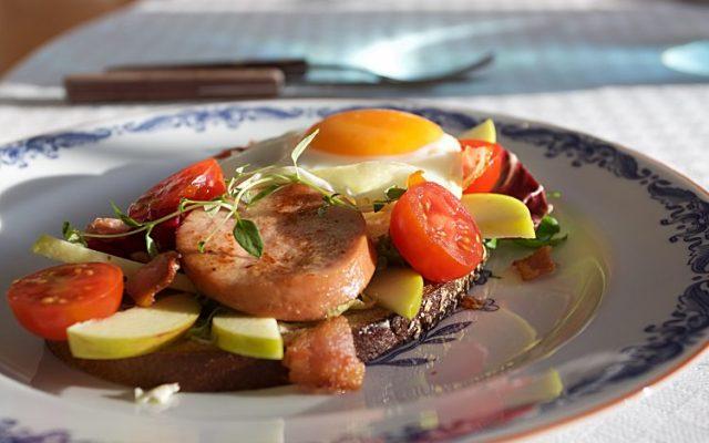 Enkel lunchsmörgås med sallad, falukorv, ägg, bacon, tomat och äpple