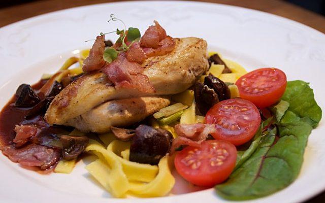 Kycklingfilé med bacon, champinjoner, salladslök, pasta och rödvinssås
