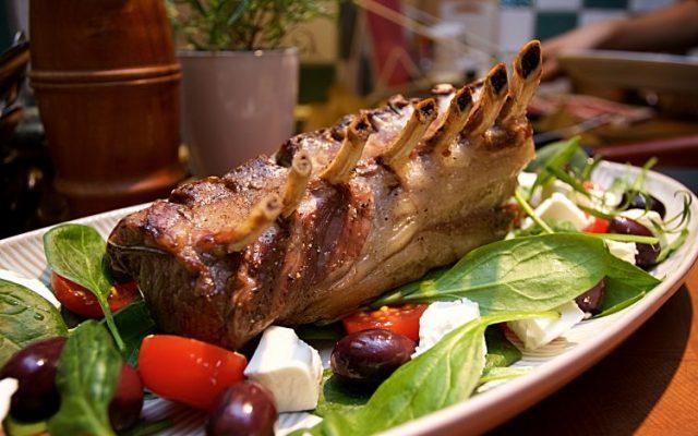 Lammrack och ugnsbakade potatisklyftor med timjan och sallad med färsk spenat,fetaost, tomater och svarta oliver