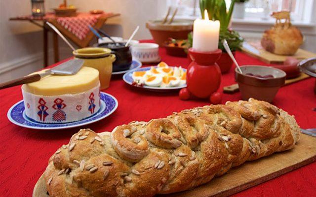 Julbröd i form av snoddas med rågmjöl, specialvetemjöl och solroskärnor