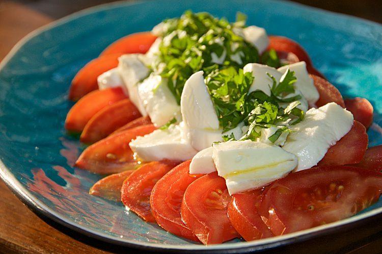 Tomatsallad med mozarella, basilika, flingsalt, råsocker och olivolja