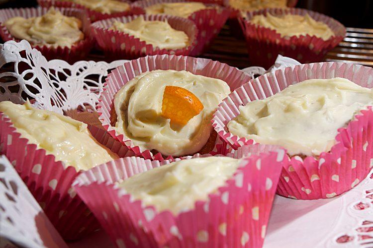 Cupcakes med apelsin, morot och vanilj täckt med glasyr av Philadelphiaost, smör och florsocker