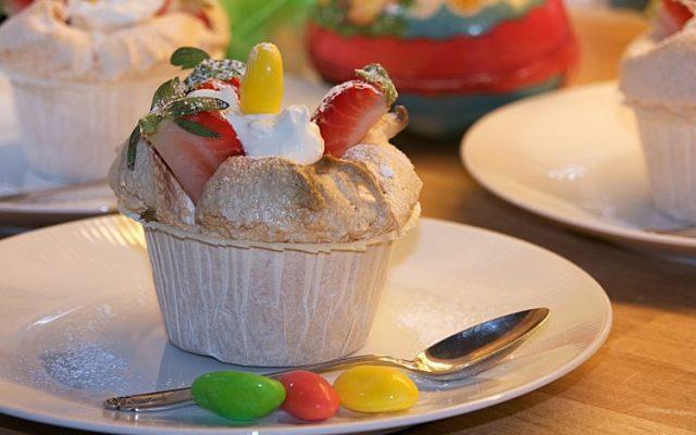 Marängbakelse till påsk med mascarponekräm och jordgubbar eller frukt