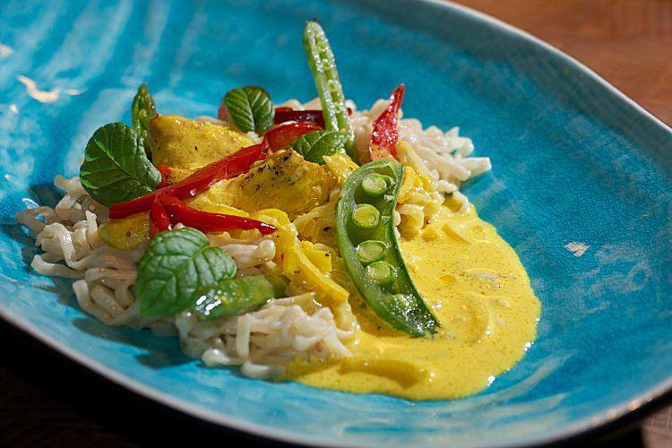 Kycklingfilé med gul saffranssås, paprika, sugar snaps och äggnudlar