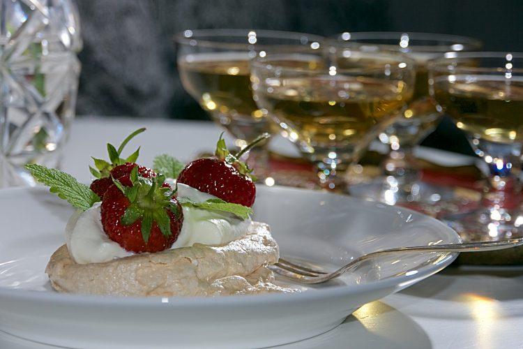 Marängbakelse med vispgrädde och färska jordgubbar