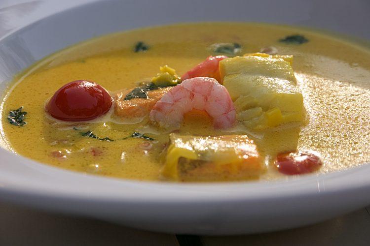 Enkel fisksoppa med purjolök, vitlök,fänkål, saffran, tomat, citron, lax, torsk och räkor