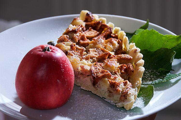 Äppelkaka med syrliga äpplen, mandelmassa, kanel,råsocker och Calvados