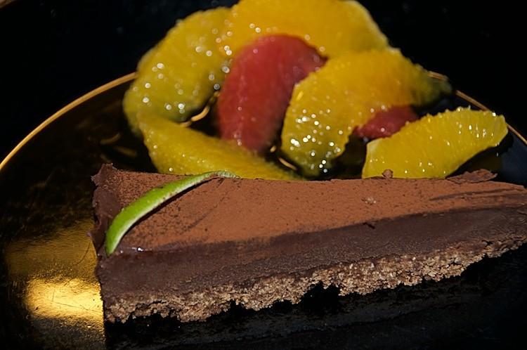 Chokladtryffeltårta med apelsinsallad och citrussås