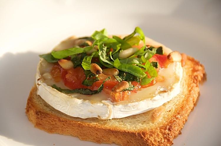 Getost, basilika, tomat, honung på bröd