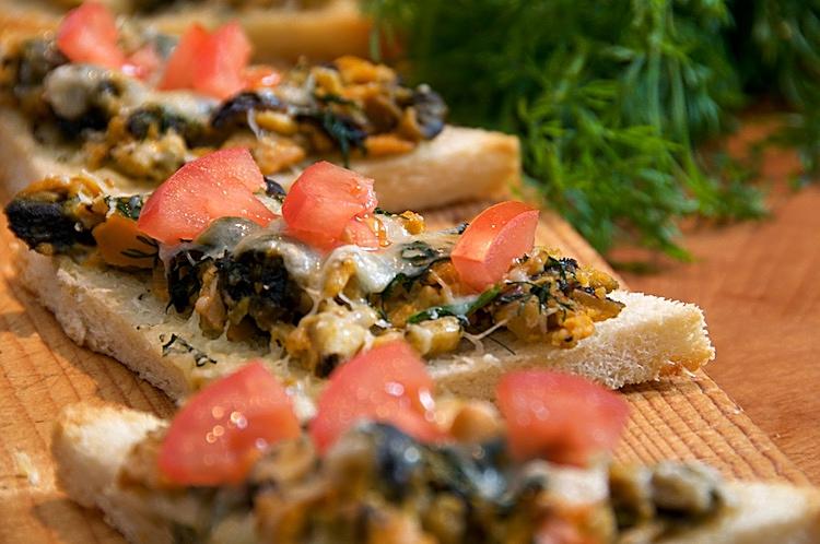 Musslor, vitlök, dill och västerbottenost på bröd i ugnen