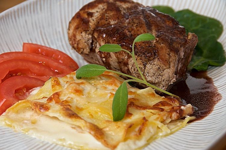 Vegetarisk lasagne med spenat, lök, tomat och parmesanost