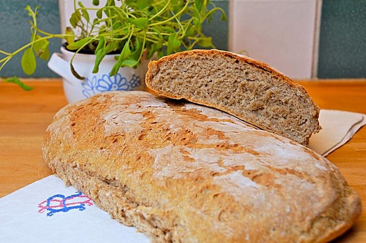 Surdegsbröd med rågmjöl och vetemjöl