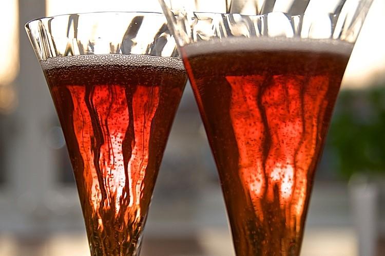 Klassisk Kir Royale med Crème de Cassis och Champagne