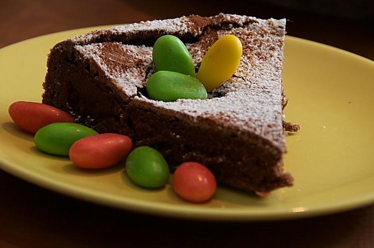 Påsktårta med choklad och påskägg
