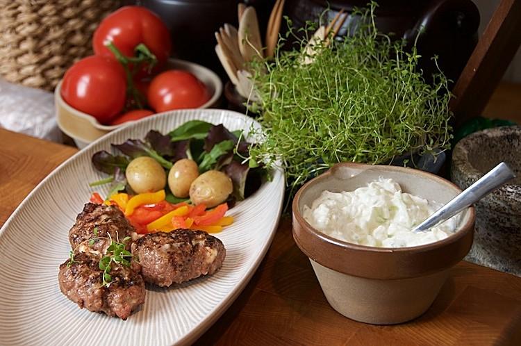 Grillade köttfärsbiffar med fetaost, timjan och tsatsiki
