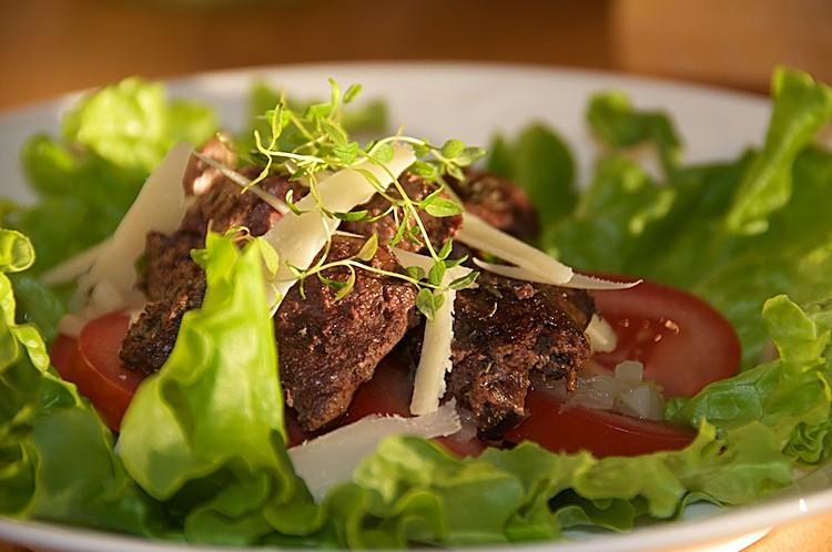 Sallad med stekt kycklinglever, timjan, tomat och parmesanost