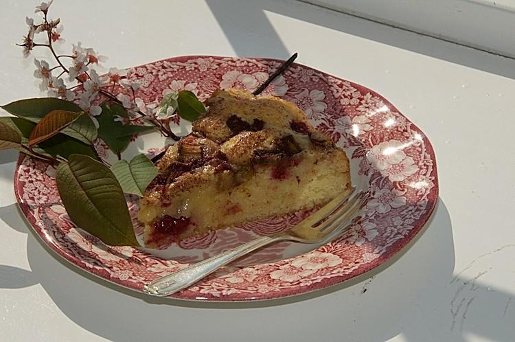 Mors Dags kaka med rabarber, kanel, socker och hallon