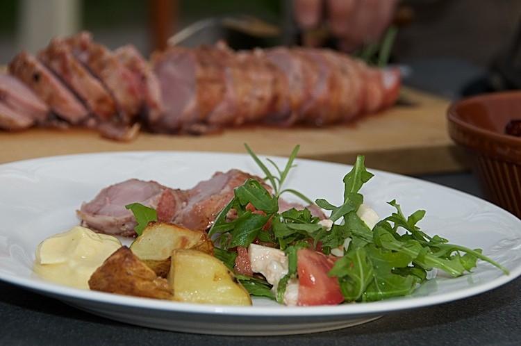 Grillad fläskfilé inlindad i bacon med rosa sås och aioli