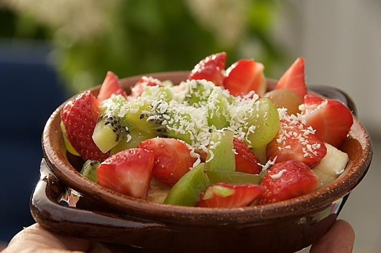 Gino med jordgubbar, äpple, kiwi, banan, druvor och vit choklad
