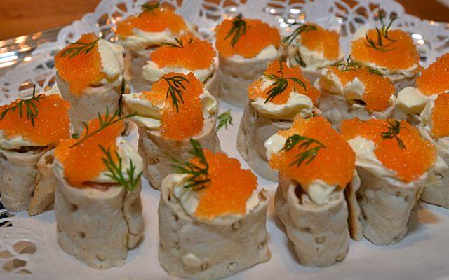 Aptitretande tunnbrödsrullar med lax, citron, pepparrot, dill och löjrom