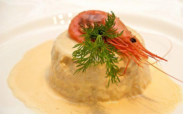 Fiskterrine med lax, sej, räkor, dill och hummersås eller gräddfilssås med dill och citron