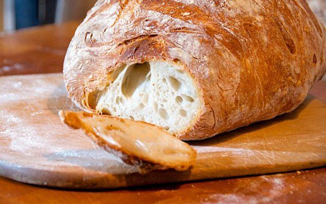 Vitt franskt lantbröd med knaprig skorpa