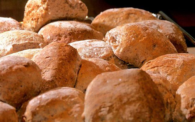 Valnötsbröd med lönnsirap och grovt rågmjöl
